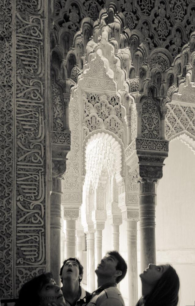 Touristas admiran los arcos del Alhambra